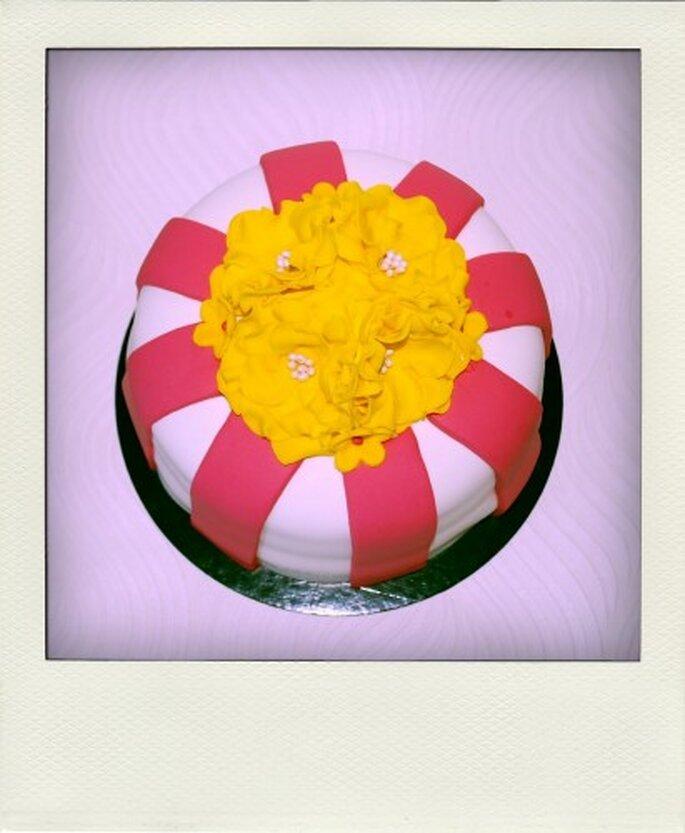 ¿O qué te parece este adorno floral de dulce encima de tu pastel? Foto de Tea Bakes