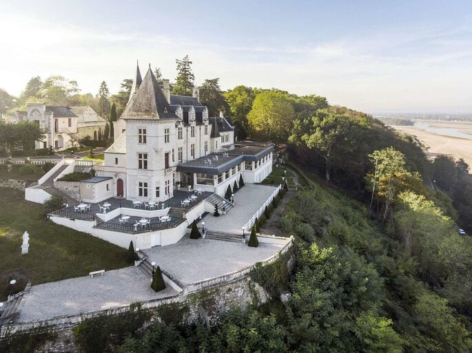 Château au sommet d'un falaise face à la plage