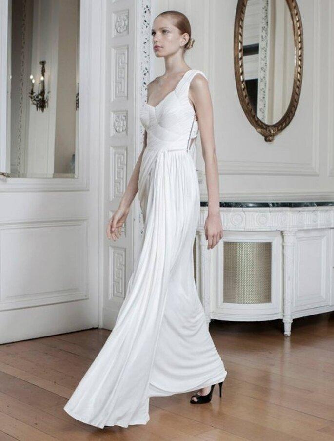 Vestido de novia con escote asimétrico y plisados en el corpiño - Foto Sophia Kokosalaki