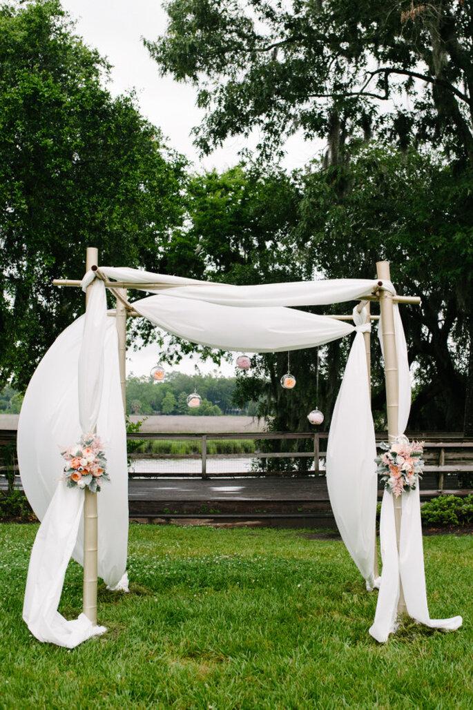 Altar de boda al aire libre - Riverland Studios