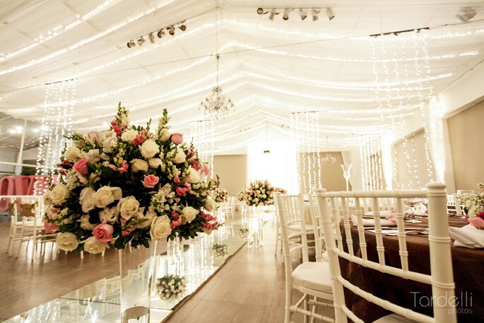 Festa e cerimônia do casamento no mesmo local