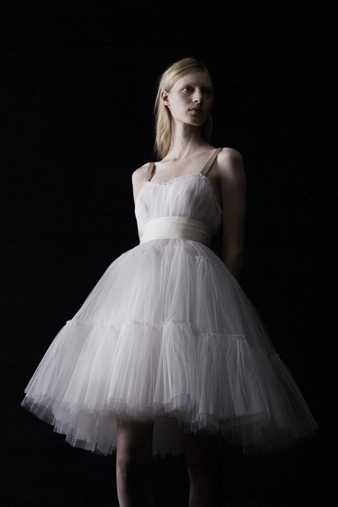 Vestido de novia en color blanco con falda estilo tutú, con fajín a la cintura y tirantes - Foto Lanvin