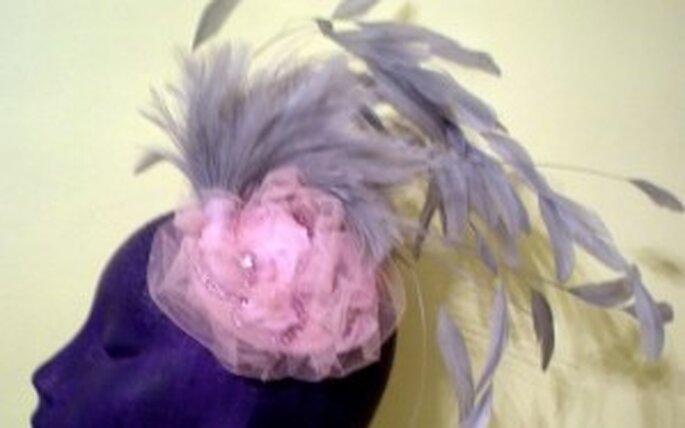 SitaB - Montaje de plumas de gallo en tono gris, con una base de tul y cristales en rosa empolvado