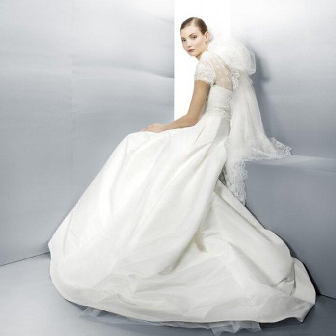 Vestido de novia 2013 en color blanco con escote ilusión y detalle de tela a la altura del cuello - Foto Jesús Peiró