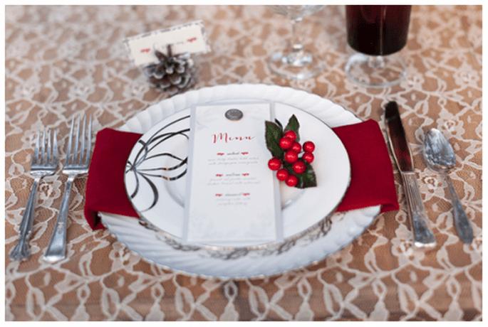 Décoration de tables de mariage inspirée par Noel avec des teintes rouges - Photo Theresa NeSmith Photography