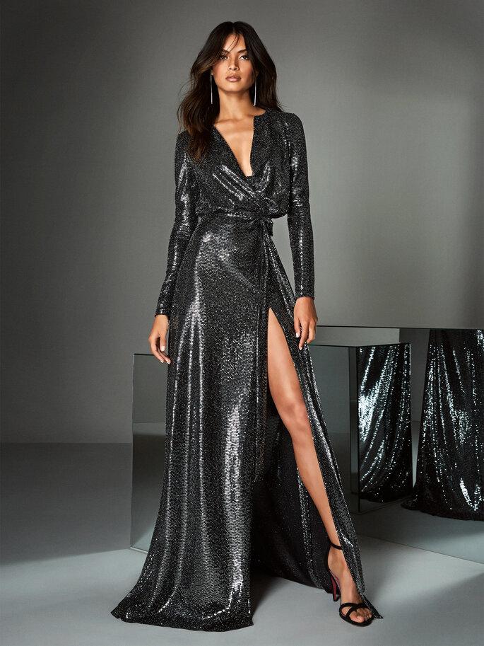 Vestido de fiesta negro metalizado con escote en V drapeado