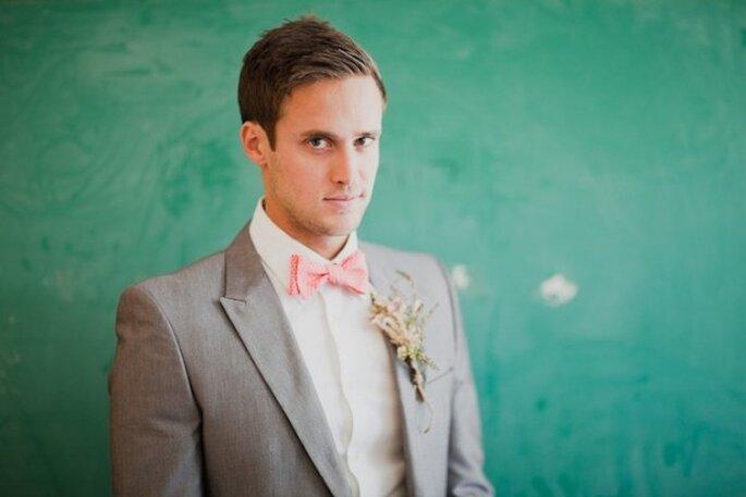Una pajarita y un lindo boutonniere para complementar el look de tu novio - Foto Mr. Haack