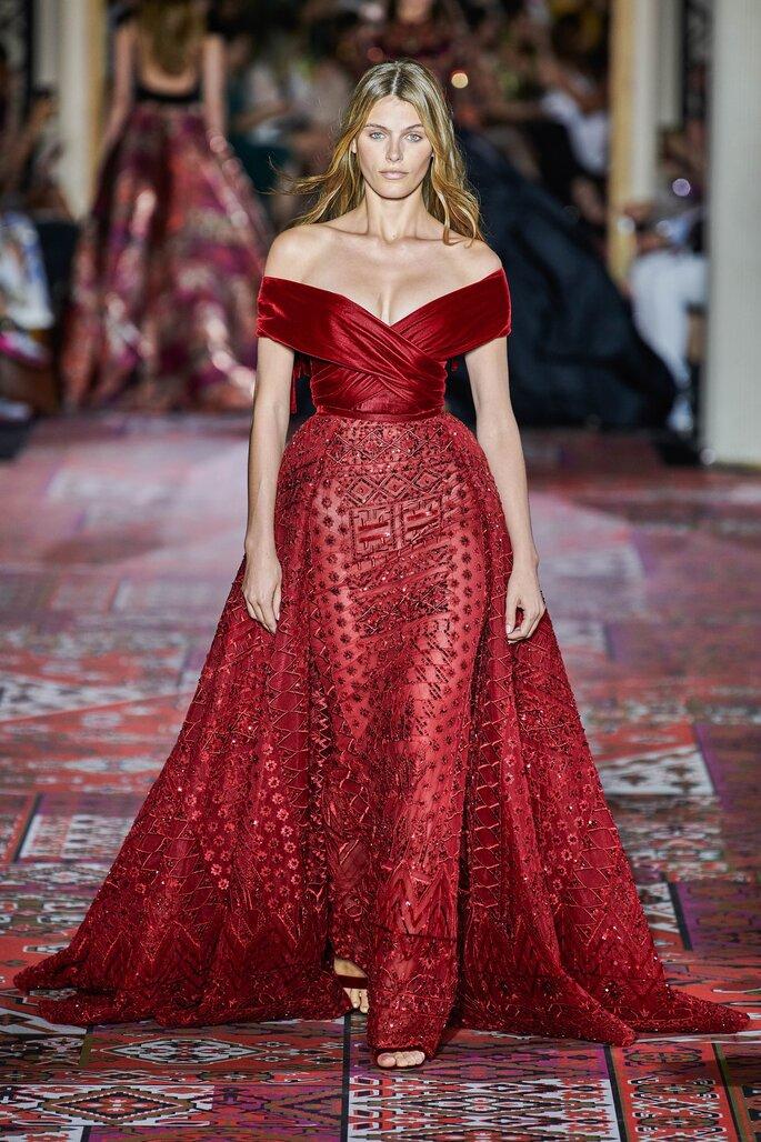 Vestido de fiesta rojo con escote drapeado, con sobre falda