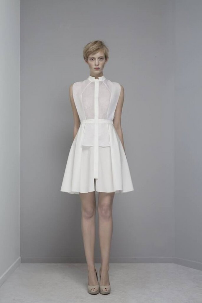 Vestido de novia 2014 estilo avant garde con detalles superpuestos en la falda y cuello mao - Foto Yiqing Yin