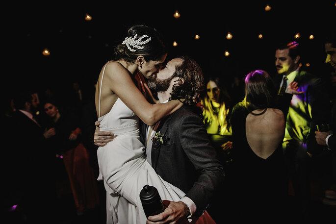 Boda en Pátzcuaro los novios besandose en la fiesta