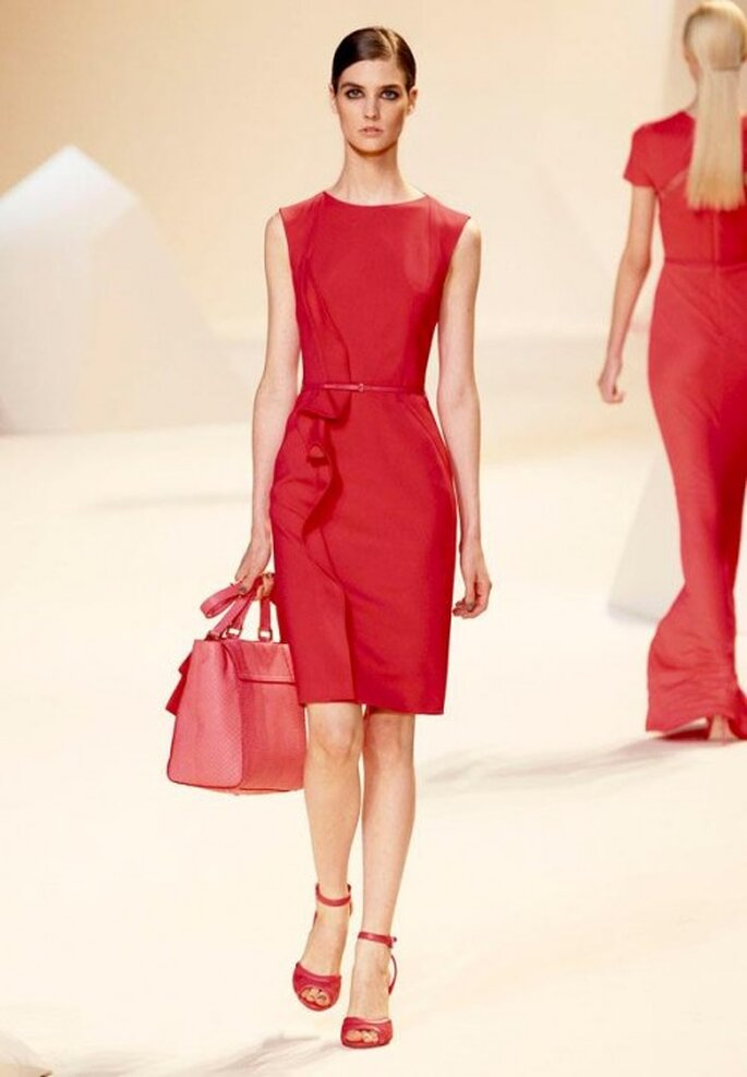 Vestido de fiesta corto en color rojo intenso y volados al frente - Foto Elie Saab Facebook