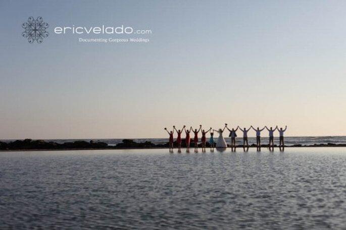 Invitados con los novios en una Boda en la Playa. Foto Eric Velado