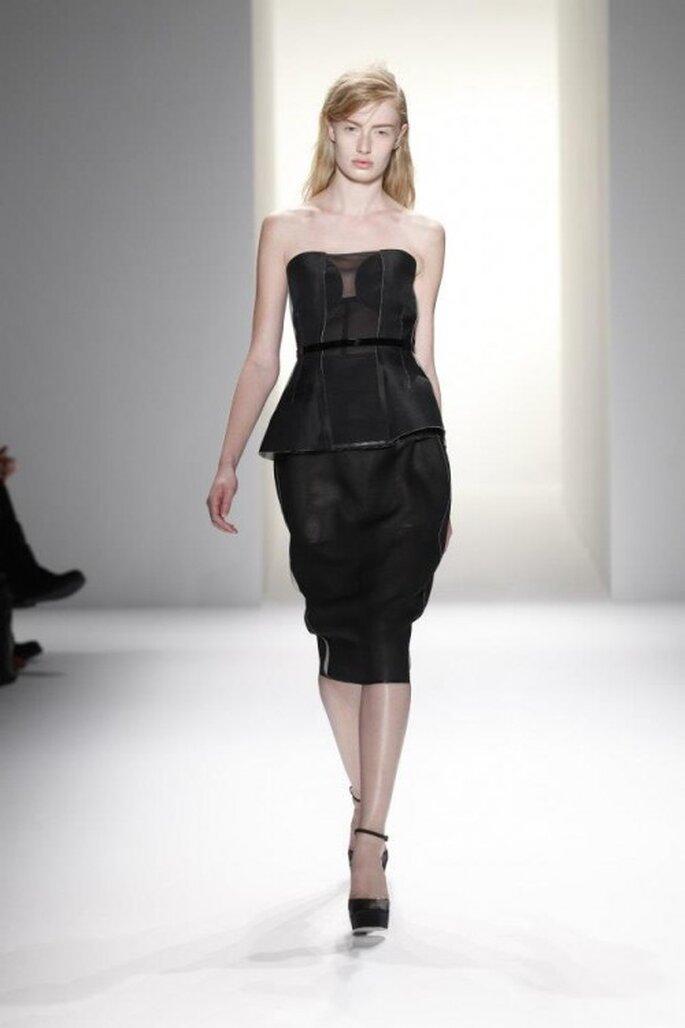 Vestido de fiesta para boda en color negro con escote strapless, detalle en la cintura y corte peplum - Foto Calvin Klein