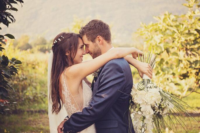 Hochzeitsfoto. Brautpaar umarmt sich