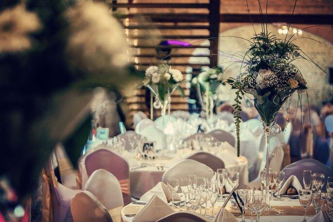 Les tables d'une réception de mariage décorées avec chic et élégance grâce à Event et Vous