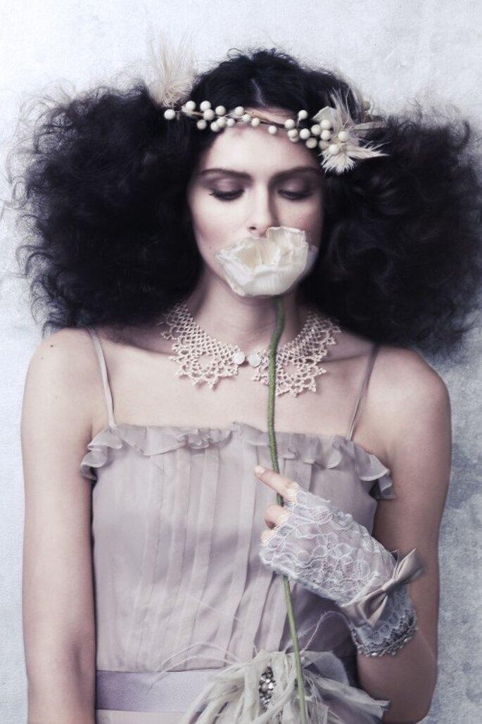 Fingerlose Brauthandschuhe im gleichen Farbton wie das Brautkleid ergänzen das Outfit – Foto: bhldn