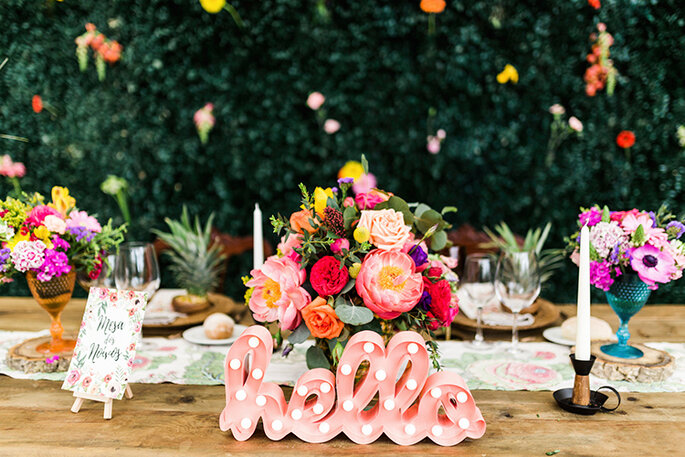 mesa de casamento com flores cores vivas e detalhe letras