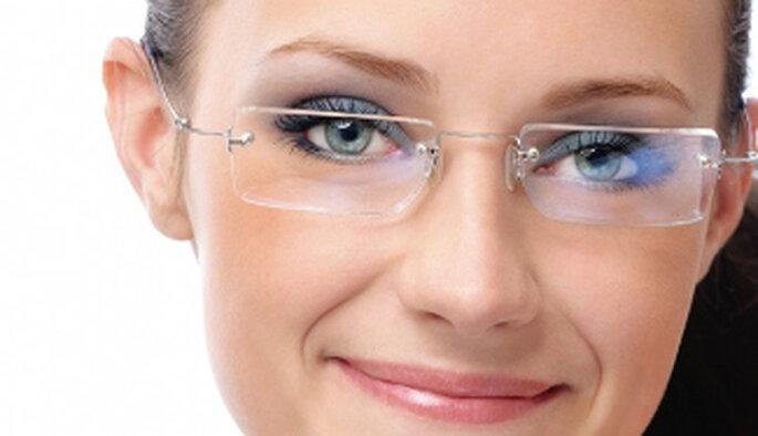 Das Make-up für eine Braut mit Brille benötigt spezielle Aufmerksamkeit. Foto: geschenkparadies.ch