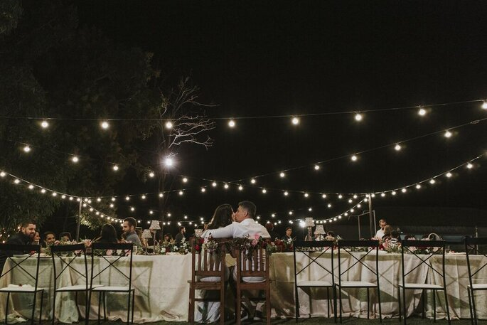 Noivos curtem o casório ao ar livre