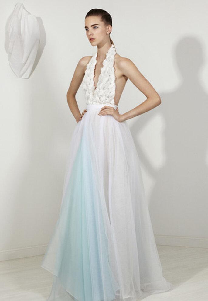 Vestido de novia largo con escote halter y detalle en color azul claro