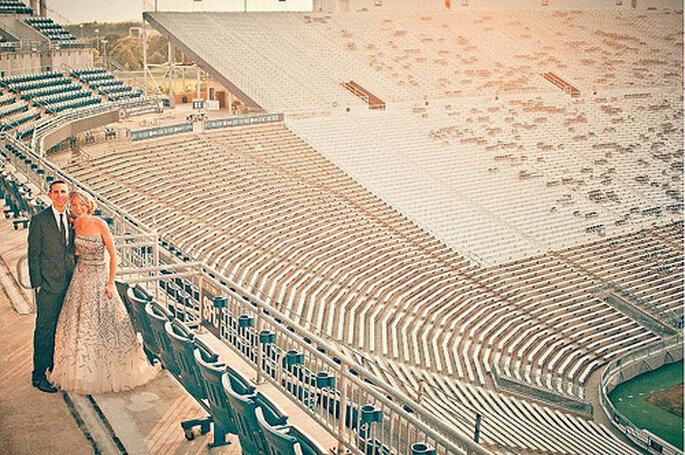 Si son fanáticos de los deportes, una sesión fotográfica pre-boda en el estadio es genial. Foto de Sweet Little Photographs