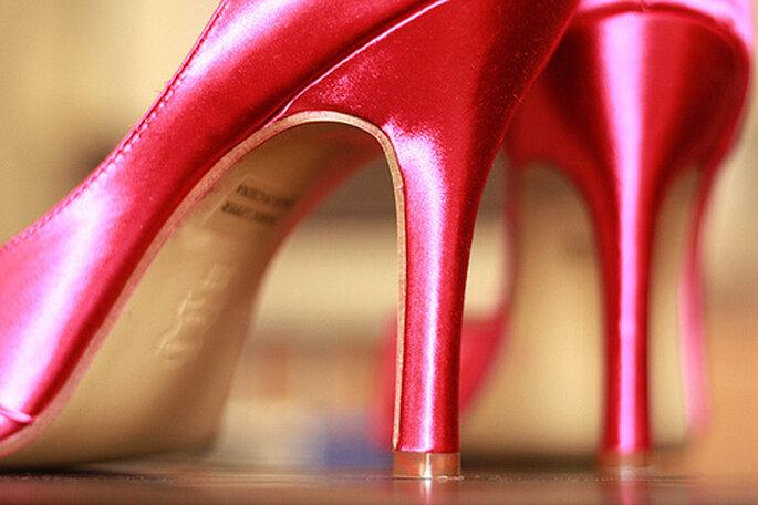 Zapatos color fucsia para novias o invitadas. Foto: Amie Fedora Photography
