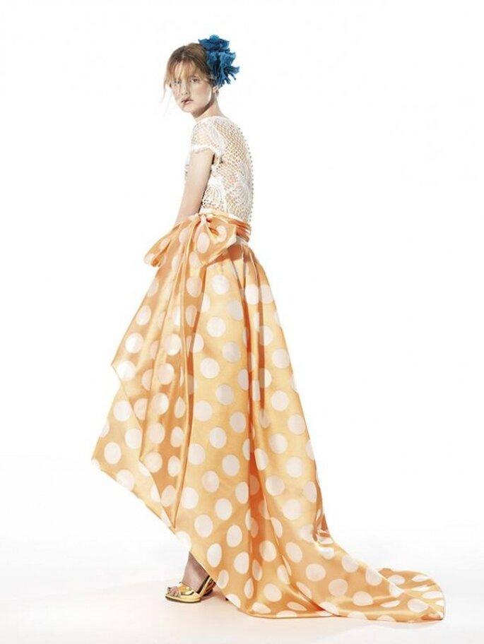 Vestido de fiesta con falda high low con motas de colores y top con bordados de encaje - Foto YolanCris