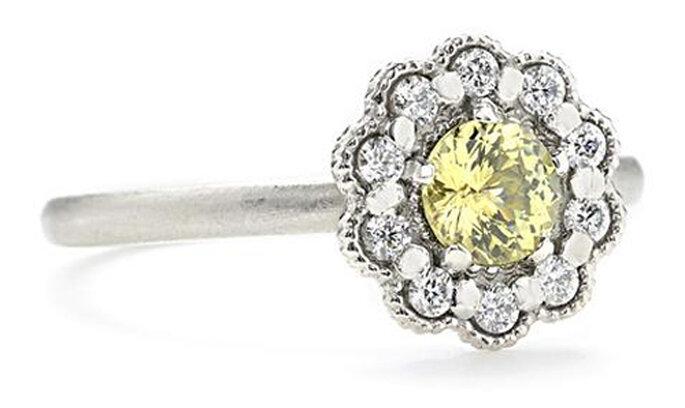 Anillo de compromiso con un zafiro amarillo - Foto Greenwich Jewelers
