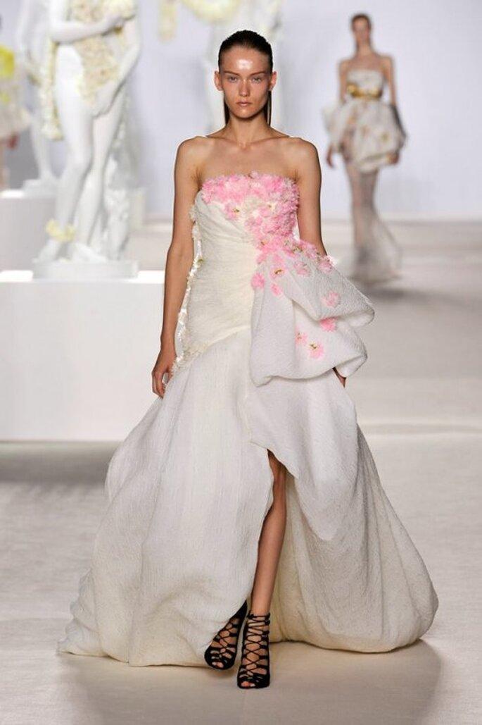 Vestido de gala en color blanco con flores en color rosa para una boda - Foto Giambattista Valli