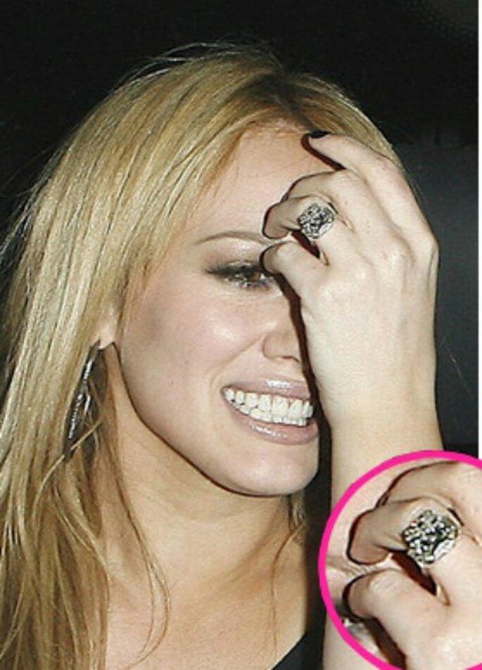 14 carati e un milione di dollari di valore per l'anello di fidanzamento di Hilary Duff. Foto www.donnamoderna.com