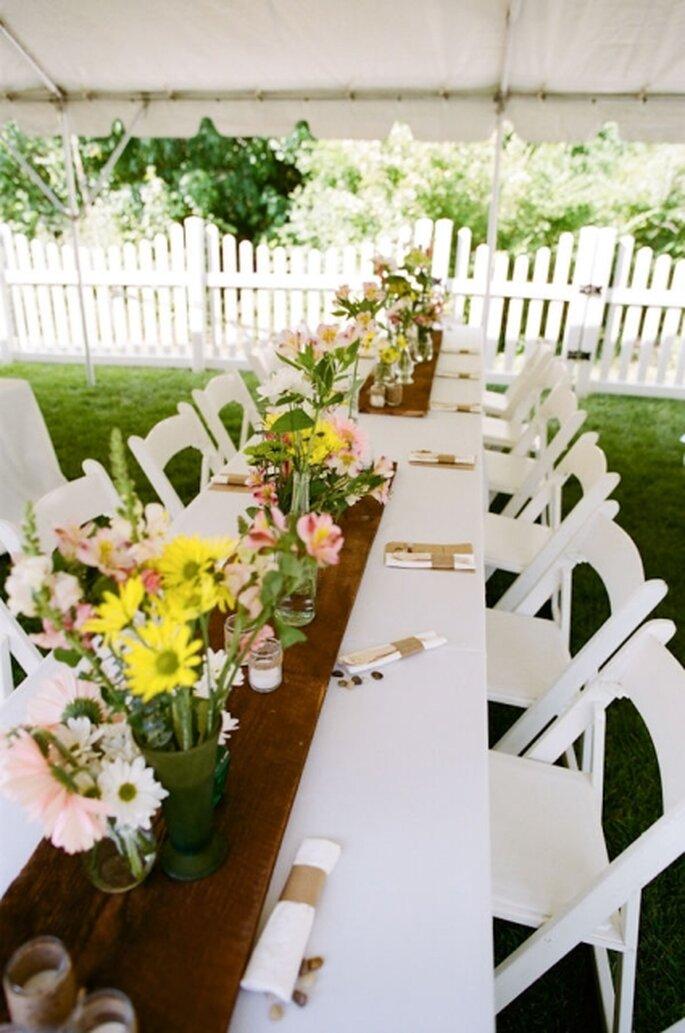 Puedes combinar flores de varios colores para dar un toque algere a la decoración. Foto: StyleMePretty