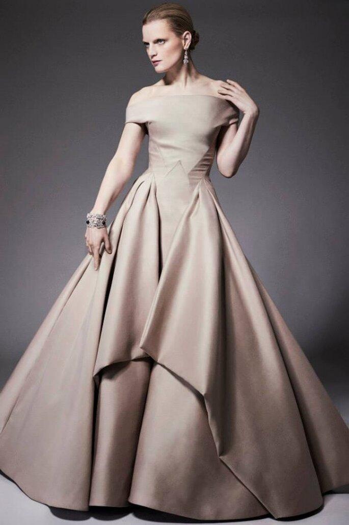 Vestido de fiesta en color marfil con falda amplia y hombros descubiertos - Foto Zac Posen