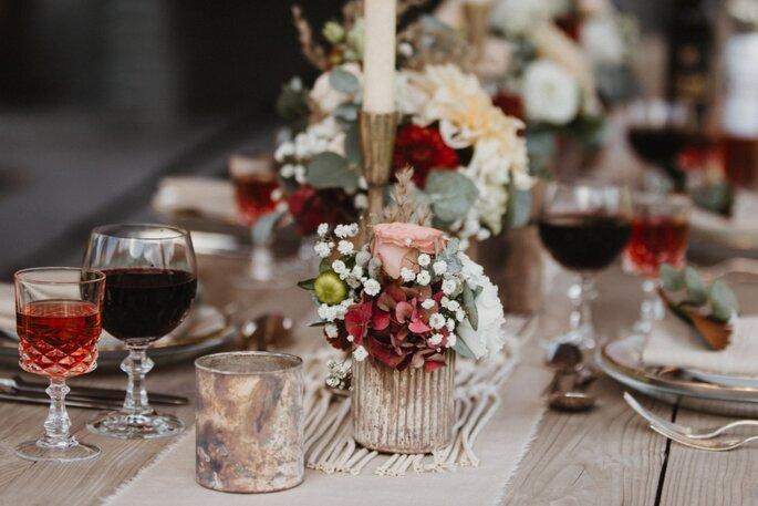 Blumendekoration auf dem Hochzeitstisch.