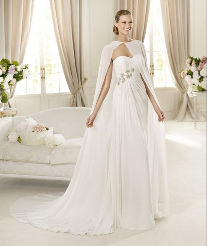 Vestido de novia con capa transparente - Foto Pronovias 2013