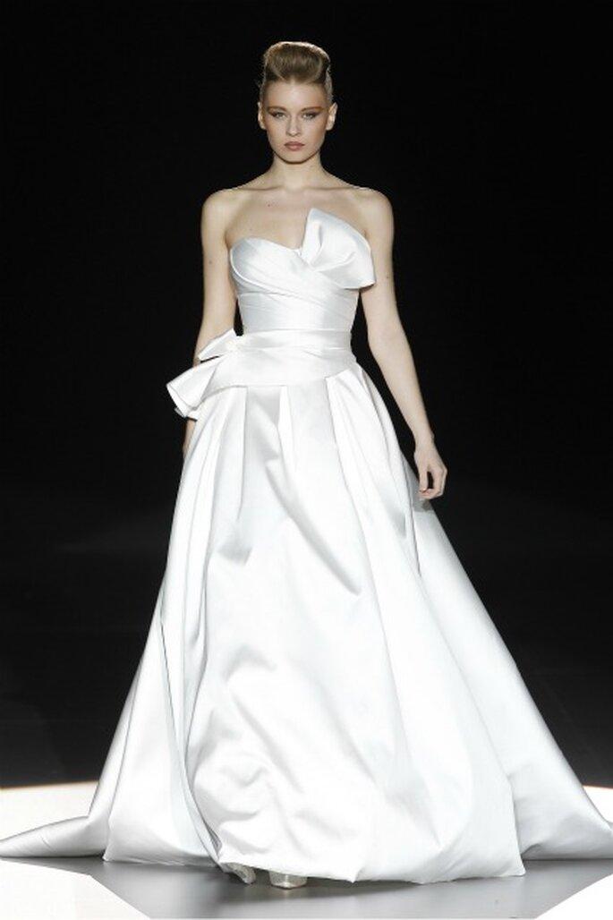 Vestido de novia palabra de honor y cintura ceñida de Hannibal Laguna 2012