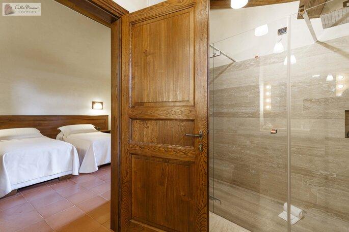 Grande douche à l'italienne spacieuse et moderne - en Italie !