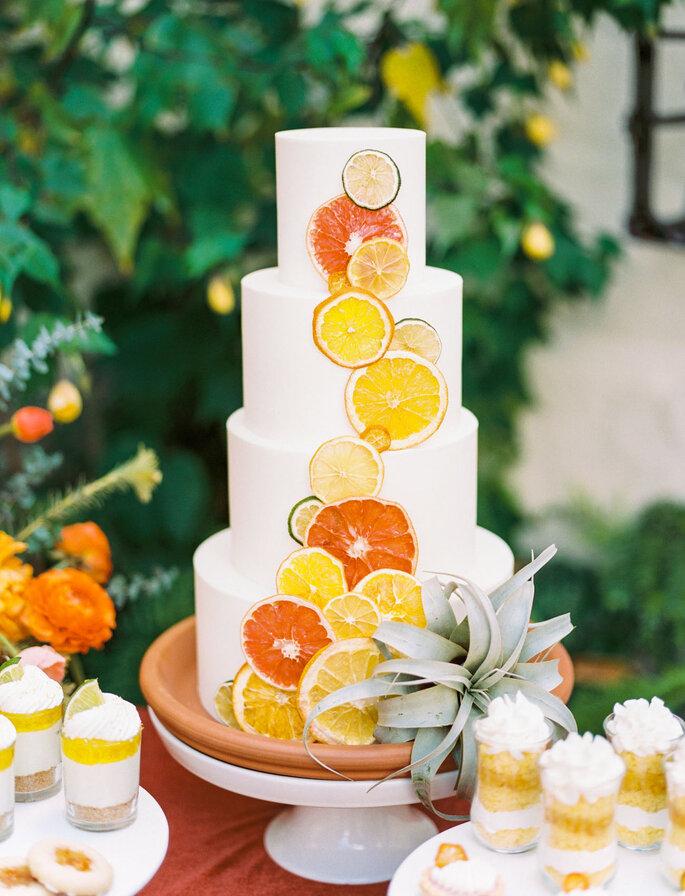 Torta para matrimonio decorada con cítricos como naranja y limón