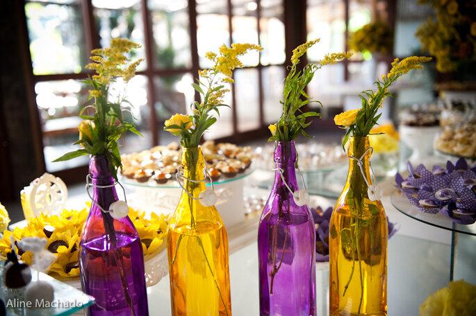 Mesa de banquete en amarillo y violeta intensos. Foto: Aline Machado
