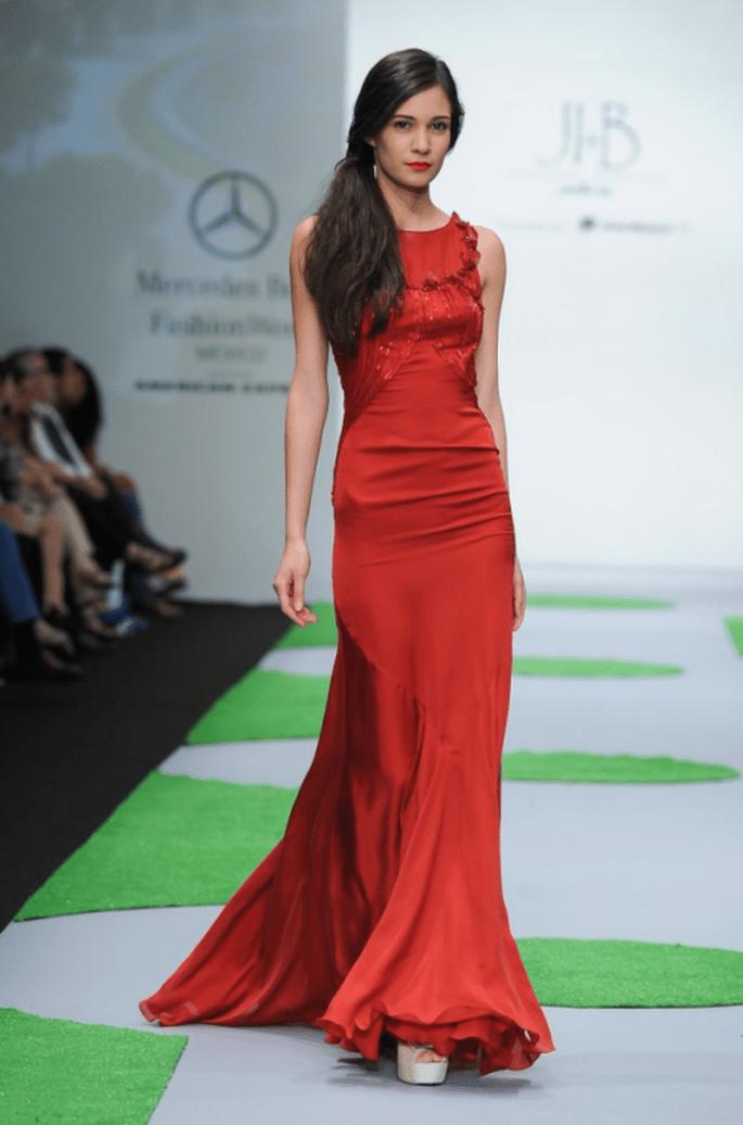 Vestido de fiesta en color rojo sangre sin mangas y con cauda - Foto MBFWM
