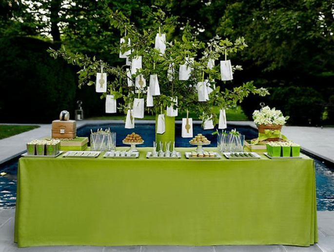Decoración para mesa de postres con base en color verde intenso - Foto Amy Atlas