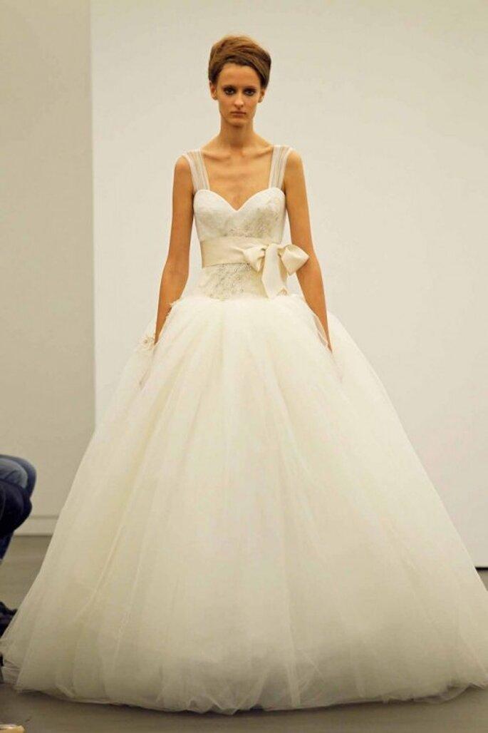 Vestido de novia otoño 2013 con tirantes, detalle de lazo en la cintura y falda vaporosa - Foto Vera Wang