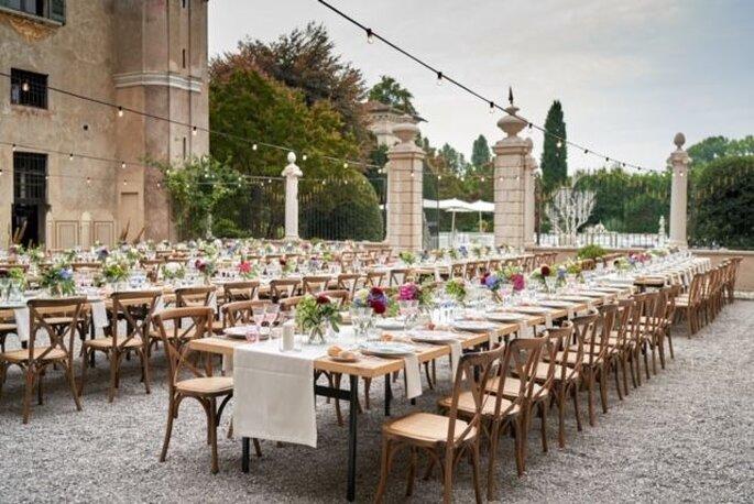 Réception de mariage en extérieur, sous forme de banquet convivial