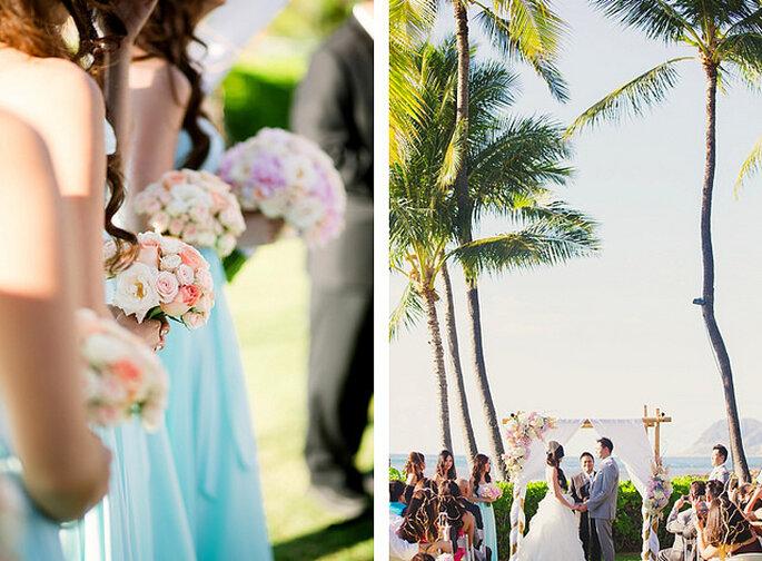 Damas de honor con vestidos en azul claro y ramos en tonos rosa variados. Foto: Closer to Love Photographs