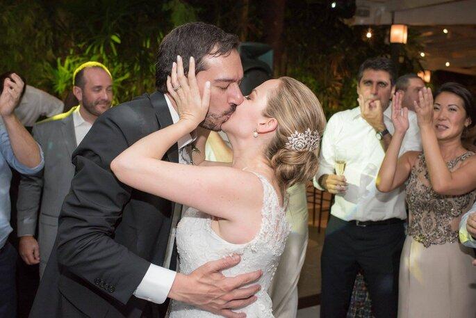 beijo dos noivos festa casamento
