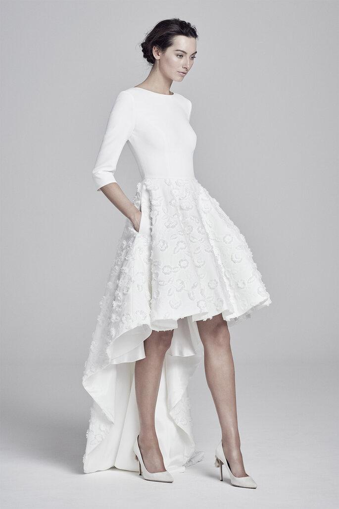 Vestido de novia de corte high low, con cuello barco y manga francesa