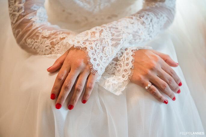 Noiva com unhas vermelhas