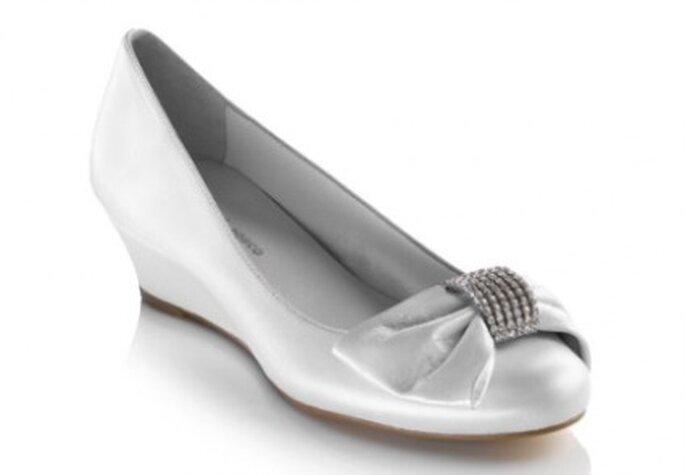 Zapato con cuña y lazo delantero con adorno de strass (104€) - Novias by Fosco