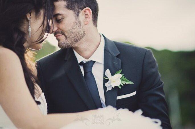Der Ansteckstrauß für den Bräutigam ist ein wichtiges Accessoire – Foto:  Fran Russo