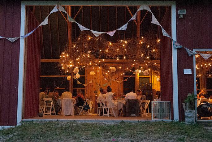 Ideas para la iluminación en una boda country. Foto: Lynne Whitehorn