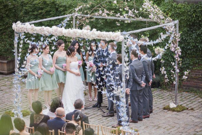 Delicada decoración con origami para el altar de la boda. Foto: 1313 Photography